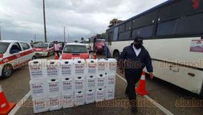 Coatzacoalcos, Ver., 1º de octubre de 2020.- 200 taxis y 100 autobuses fueron desinfectados por personal de Transporte Público y la Procuraduría Estatal del Medio Ambiente. Les rociaron 500 litros de solución antiviral.