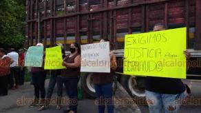 Córdoba, Ver., 1º de octubre de 2020.- Familiares y vecinos de la comunidad Palenque Palotal bloquearon la carretera Córdoba-Chocamán, para exigir justicia para Luis Fernando Falcón Flores, quien murió atropellado la mañana de este jueves. Negaron que el joven fuera delincuente.