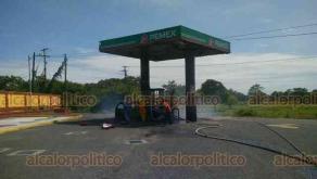 Tlalixcoyan, Ver., 1° de octubre de 2020.- Un automóvil se incendió cuando cargaba combustible en una estación de la carretera estatal Piedras Negras-Tlalixcoyan. Cuerpos de auxilio controlaron el siniestro.