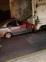 Xalapa, Ver., 17 de octubre de 2020.- Conductor de vehículo Chevrolet Aveo se impactó contra la parte trasera de un camión de limpia pública cuando circulaban sobre 20 de Noviembre esquina Francisco I. Madero; elementos de la Policía Vial atendieron dicho accidente donde no se reportan lesionados.