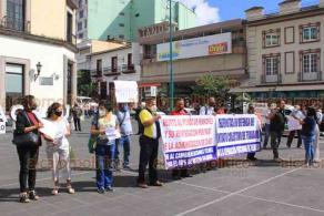 Xalapa, Ver., 19 de octubre de 2020.- Jubilados de TELMEX se manifestaron en Plaza Lerdo para que se respete el fondo de pensiones y para rechazar el cambio de parte de su salario por acciones de la empresa.