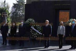Ciudad de México, 19 de octubre de 2020.- El presidente Andrés Manuel López Obrador y Cuauhtémoc Cárdenas conmemoraron el 50 aniversario luctuoso del General Lázaro Cárdenas en el monumento a la Revolución.