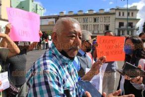 Xalapa, Ver., 19 de octubre de 2020.- Habitantes de distintas colonias se manifestaron contra CMAS por altos cobros en el recibo de agua, los que van de 2 mil a 3 mil pesos cuando antes pagaban 300 pesos