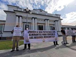 Veracruz, Ver., 20 de octubre de 2020.- Como lo anunciaron, marinos mercantes protestaron frente a la Primera Región Naval en rechazo a la militarización de los puertos. Afirman que sólo se ahuyentarán las inversiones.