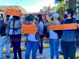 Xalapa. Ver., 20 de octubre de 2020.- Grupo de egresados de la Benemérita Escuela Normal Veracruzana de diversas Licenciaturas se manifestó este martes ante la Secretaría de Educación de Veracruz en demanda de plazas.