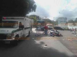"""Xico, Ver., 20 de octubre de 2020.- Un par de jóvenes que viajaban a bordo de una motocicleta resultaron lesionadas luego de chocar contra un camión de la línea Excélsior, esto sobre la carretera Coatepec-Xico a la altura del fraccionamiento """"Las Moras"""". Fueron llevadas a un hospital para su debida atención médica."""