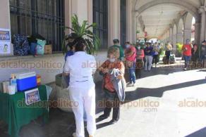 Xalapa, Ver., 21 de octubre de 2020.- A un costado de Palacio Municipal, personal del IMSS instaló módulo para vacunación contra la influenza. La campaña concluye el 31 de diciembre de 2020. Se da prioridad a población vulnerable.