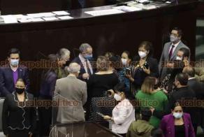 """Ciudad de México, 22 de octubre de 2020.- Al subsecretario de Salud, Hugo López-Gatell, se le olvidó la sana distancia en la Cámara de Diputados, durante la comparecencia del Sector Salud. Legisladores lo rodearon para tener su foto con el """"rockstar"""" de la 4T."""