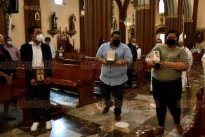 Xalapa, Ver., 23 de octubre de 2020.- Este viernes se celebró una misa, en el marco del Día del Médico, en memoria de galenos que fallecieron víctimas del COVID-19 al atender la pandemia. Asistieron familiares y compañeros acatando medidas sanitarias.