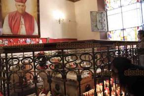 Xalapa, Ver., 23 de octubre de 2020.- Todo está listo para recibir a los feligreses que acudan a visitar a San Rafael Guízar en la Catedral. El párroco Roberto Reyes garantizó todos los protocolos de sanidad y explicó que habrá grupos reducidos para mantener la sana distancia.