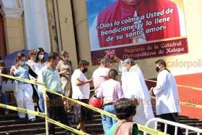 Xalapa, Ver., 23 de octubre de 2020.- Peregrinos provenientes de Altzayanca, Tlaxcala, llegaron a Catedral para visitar a San Rafael Guízar. Previo a retirarse, fueron bendecidas sus motocicletas.