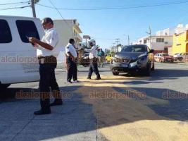 Veracruz, Ver., 23 de octubre de 2020.- Una camioneta oficial de la Secretaría de Salud y un auto particular chocaron en la Avenida 16 de Septiembre, esquina con el bulevar Manuel Ávila Camacho. En el accidente sólo hubo daños materiales.