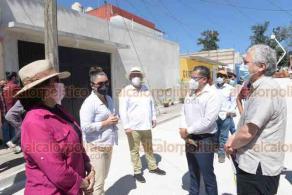 Xalapa, Ver., 23 de octubre de 2020.- Autoridades municipales entregaron la calle Zitácuaro de la colonia Revolución recién pavimentada, que significó una inversión de unos 608 mil pesos.