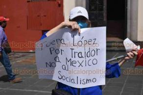 Xalapa, Ver., 24 de octubre de 2020.- Integrantes de la organización FRENAAA se manifestaron en Plaza Lerdo, exigiendo la renuncia del presidente Andrés Manuel López Obrador.