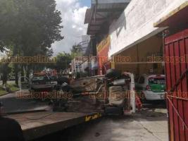 """Xalapa, Ver., 24 de octubre de 2020.- Un lesionado y cuantiosos daños materiales fue el saldo de un aparatoso accidente sobre la avenida Villahermosa. Auto terminó volcado en la entrada del auto lavado """"Mikel's""""; el conductor fue trasladado por paramédicos a hospital."""