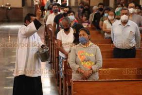 Xalapa, Ver., 25 de octubre de 2020.- En su homilía el arzobispo de la Arquidiócesis de Xalapa, Hipólito Reyes Larios, dijo que ante el cierre de panteones en Todos Santos por la pandemia, los fieles católicos pueden orar y recordar a sus difuntos en los altares de sus hogares.