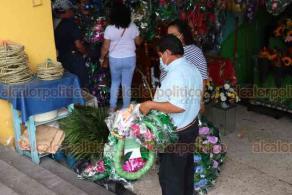 Xalapa, Ver., 25 de octubre de 2020.- Locales del mercado Jáuregui se llenaron de calaveritas que van desde los 5 a 40 pesos, así como de la flor de cempasúchil a 15 pesos el rollo y coronas de flores, con costos de 60 pesos a 180 pesos; artículos para adornar los altares en las festividades de Día de Muertos.