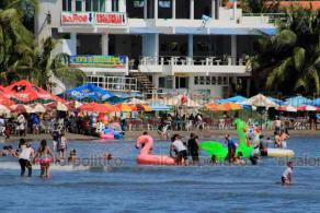 Veracruz, Ver., 25 de octubre de 2020.- Ante el calor, veracruzanos y turistas aprovecharon su domingo para acudir a las playas de la ciudad.