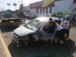 Veracruz, Ver., 25 de octubre de 2020.- En la avenida Miguel Alemán, a la altura del Fraccionamiento Floresta, una camioneta embistió a un oficial de Tránsito  Municipal mientras se desplazaba en su motocicleta.