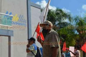 """Medellín de Bravo, Ver., 26 de octubre de 2020.- Antorchistas se manifestaron en el Palacio Municipal para demandar obras. """"Menos TikTok y más trabajo"""", reclaman al alcalde Hipólito Deschamps Espino Barros."""