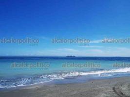 Veracruz, Ver., 26 de octubre de 2020.- De nueva cuenta, se pudo observar una tonalidad celeste en el agua de la playa Martí. Esto llamó la atención de lugareños y turistas, quienes acudieron a observar este espectáculo.
