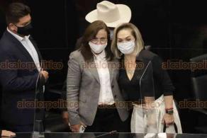 Ciudad de México, 26 de octubre de 2020.- Tras finalizar su comparecencia, la secretaria de Energía y senadora con licencia de MORENA, Rocío Nahle, se tomó una foto con sus compañeros de bancada.