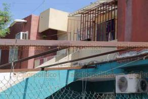 Veracruz, Ver., 27 de octubre de 2020.- En el fraccionamiento El Oasis, joven de 23 años que trabajaba en la parte alta de una estructura cayó de aproximadamente cuatro metros y falleció. Al sitio arribó personal de la Cruz Roja, FGE y policías.