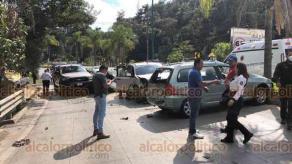 Xalapa, Ver., 27 de octubre de 2020.- Este martes, en la carretera Xalapa-Coatepec, en el carril con dirección a la Capital, a la altura de Los Arenales, se suscitó accidente en el que se vieron involucrados 5 vehículos. Al sitio acudieron Bomberos para atender el percance y posibles lesionados.