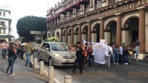 Xalapa, Ver., 27 de octubre de 2020.- Familiares y amigos de Gustavo, quien murió mientras permanecía detenido en el Cuartel de San José, cerraron por unos minutos la avenida Enríquez. Llevaban el féretro del fallecido.