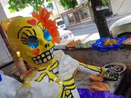 """Veracruz, Ver., 27 de octubre de 2020.- """"A la muerte yo la cuido (…), para que cuando venga por mí, venga feliz"""", afirma Milburgo Treviño Chávez, artista plástico de 82 años que elabora un altar para conmemorar el Día de Muertos en honor a 3 empleados del IVEC fallecidos por COVID-19."""