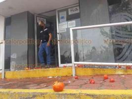 Veracruz, Ver., 28 de octubre de 2020.- Habitantes de varias colonias lanzaron huevos y tomates contra oficinas de Grupo MAS pese a que había adultos mayores adentro o saliendo del lugar. Protestaron por supuestos cobros excesivos y agua de mala calidad.