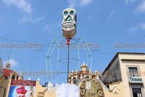 Xalapa, Ver., 28 de octubre de 2020.- En la Plaza Lerdo, las enormes figuras de Catrín (todavía en elaboración) y Catrina asombran a transeúntes. Las figuras serán iluminadas por la noche.
