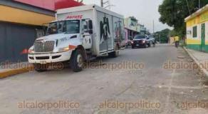 Acayucan, Ver., 28 de octubre de 2020.- Delincuentes intentaron incendiar un camión con una bomba molotov y un autobús del DIF municipal; además, rociaron gasolina a un vehículo y quemaron un taxi, la tarde-noche de este miércoles.