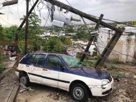 Veracruz, Ver., 29 de octubre de 2020.- Alarma provocó en vecinos del Predio La Loma la caída de poste de luz encima de un auto estacionado, lo que además causó que varias cuadras se quedaran sin energía eléctrica. Habitantes dijeron que ya habían reportado la mala condición del poste a las autoridades municipales.