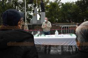 Xalapa, Ver., 29 de octubre de 2020.- En el parque Juárez, el subdirector de Comercio, Guilebaldo Flores Lomán, entregó a comerciantes caretas y gel antibacterial para reforzar medidas sanitarias y evitar contagios por COVID-19.