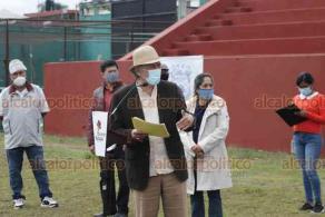 """Xalapa, Ver., 28 de octubre de 2020.- El alcalde Hipólito Rodríguez Herrero continuó con su informe sobre acciones de Gobierno, ahora en las instalaciones del Parque Deportivo """"Colón""""."""