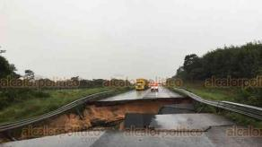 Las Choapas, Ver., 30 de octubre de 2020.- Por las lluvias de este jueves, 2 puentes colapsaron. Uno fue el de la carretera a Ocozocoautla; el otro percance ocurrió en el camino al Cerro de Nanchital. Los incidentes dejaron varados gran cantidad de vehículos.