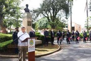 Xalapa, Ver., 30 de octubre de 2020.- En el parque Juárez, el subsecretario de Obras Públicas y Comunicaciones, Jesús Enrique Trujeque, presidió la conmemoración por el 147 aniversario del natalicio de Francisco I. Madero.