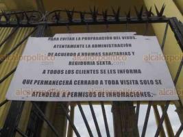 Veracruz, Ver., 30 de octubre de 2020.- En panteón particular colocaron letrero donde informan que permanecerá cerrado por Todos Santos para evitar propagación del Coronavirus. Hay vigilancia policiaca ante la posibilidad de que personas intenten ingresar en estos días.