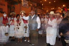 Xalapa, Ver., 30 de octubre de 2020.- El secretario de Gobierno, Eric Cisneros Burgos, dio la salida a las bandas procedentes de Teocelo y Xico iniciando las festividades de Día de Muertos; los jóvenes músicos vistieron atuendos prehispánicos y propios de esta festividad y caminaron de Xallitic hacia Plaza Lerdo.