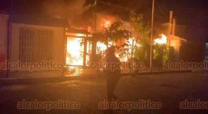 Boca del Río, Ver., 30 de octubre de 2020.- En calles de la colonia Revolución se incendió un inmueble donde funciona una talachera; al consumirse las llantas, el fuego alcanzó varios metros de altura, alertando a los vecinos y a los Bomberos Conurbados.