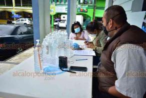 """Tantoyuca, Ver., 23 de noviembre de 2020.- Afuera del Ayuntamiento se instaló un módulo que reparte un supuesto remedio para COVID-19 y que presuntamente sirve """"para erradicar o prevenir la enfermedad""""."""