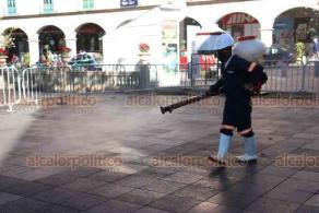 Xalapa, Ver., 23 de noviembre de 2020.- Como cada lunes, se desinfectaron casetas, puestos de comida y botes de basura del parque Juárez por parte de personal de la Dirección de Protección Civil Municipal.