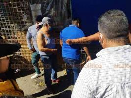 Veracruz, Ver., 23 de noviembre de 2020.- Presunto ladrón fue sometido por locatarios, desnudado y atado a poste en la zona de mercados, en las calles Juan Soto y Nicolás Bravo. Testigos aseguraron que intentaba robarse camioneta.