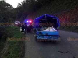 San Andrés Tlalnelhuacoyan, Ver., 23 de noviembre de 2020.- Conductor en aparente estado de ebriedad chocó contra una camioneta estacionada y terminó dentro de un arroyo en la localidad de Xocotla; fue trasladado grave a un hospital en Xalapa