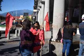 Xalapa, Ver., 24 de noviembre de 2020.- Integrantes del Movimiento Antorchista se manifestaron frente a Palacio Municipal para exigir obras en varias colonias. También protestaron por los altos cobros de predial.