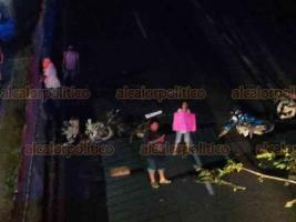 Cosoleacaque, Ver., 24 de noviembre de 2020.- El bloqueo en ambos sentidos de la autopista Cosoleacaque-Nuevo Teapa mantiene varados a un sinfín de automovilistas.