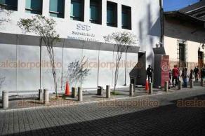 Xalapa, Ver., 25 de noviembre de 2020.- Retiraron las letras de Veracruz de plaza Lerdo y se colocaron protecciones a edificio de la SSP y bancos ante la marcha programada para este día por el Día Internacional de la Eliminación de la Violencia contra la Mujer.