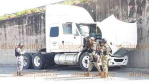Veracruz, Ver., 25 de noviembre de 2020.- Presunto intento de robo de tractocamión en el entronque del kilómetro 13.5 dejó un muerto y dos lesionados. Policía Naval, Estatal y de la Guardia Nacional desplegaron operativo en la zona en busca de los responsables.