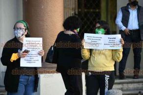 Xalapa, Ver., 25 de noviembre de 2020.- En la calle Enríquez, en la banqueta de Palacio de Gobierno, mujeres se manifestaron este